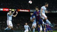 Pemain Barcelona, Andre Gomes (2kanan) melakukan duel udara dengan pemain Celta Vigo pada laga Copa del Rey di Camp Nou stadium, Barcelona, (11/1/2018). Barcelona menang 5-0 atas Celta Vigo. (AP/Manu Fernandez)