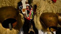 Joaldunaks atau biasa disebut Zanpantzar bersiap mengikuti karnaval di antara desa Pyrenees Ituren dan Zubieta, Spanyol (29/1). Mereka mengenakan kostum yang digantungi lonceng dari kuningan. (AP Photo / Alvaro Barrientos)
