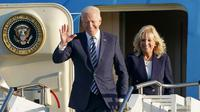 Presiden Joe Biden dan Ibu Negara Jill Biden tiba dengan pesawat Air Force One di RAF Mildenhall, Inggris, 9 Juni 2021 untuk menghadiri KTT G7. (Joe Giddens/Pool melalui AP)