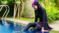 Tak ada alasan kalau hijab menjadi penghalang untukmu menjalankan hobi renang, simak tipsnya, yuk!