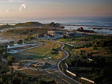 Foto udara pada 23 Februari 2019 menunjukkan proyek pengembangan pesisir Mandalika yang diusulkan menjadi lokasi balapan sepeda motor MotoGP dengan sirkuit jalan yang dibangun khusus, di Mandalika, selatan Lombok. (ARSYAD ALI/AFP)