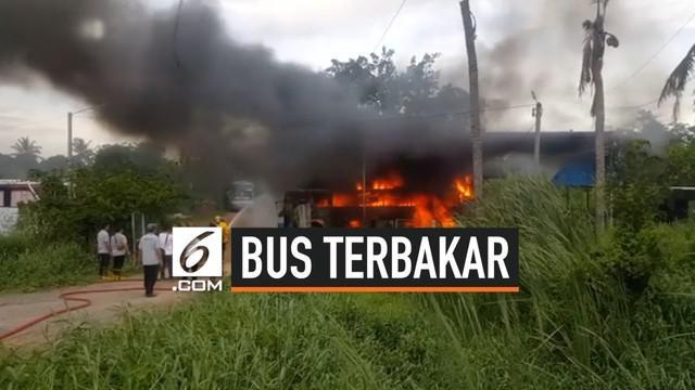 Sebuah bus berbahan bakar gas alam terbakar saat diperiksa oleh seorang mekanik. Petugas pemadam kebakaran berhasil memadamkan api setelah 1 jam.