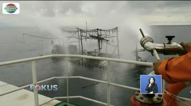 Kapal nelayan pencari cumi terbakar di perairan Kepulauan Seribu hingga menewaskan tiga nelayan.