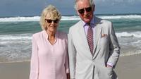 Pangeran Charles bersama istrinya, Duchess of Cornwall Camilla mengunjungi Broadbeach di Gold Coast, Australia, Kamis (5/4). Istri Pangeran Charles itu terlihat berjalan tanpa alas kaki di atas pasir pantai. (AP Photo)