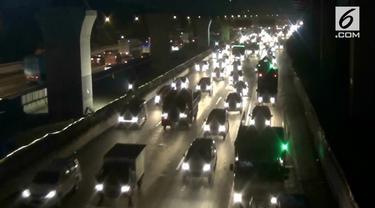 Sembilan hari jelang Hari Raya Idul Fitri, arus kendaraan di tol Jakarta-Cikampek mulai padat.