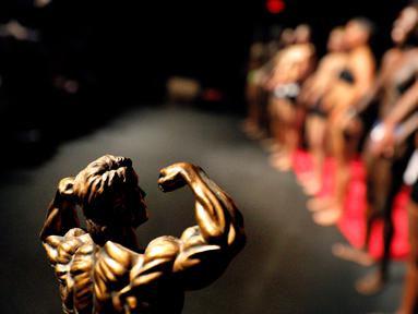 Sebuah trofi terlihat dekat barisan para kontestan kompetisi International Association of Trans Bodybuilders di Atlanta, 6 Oktober 2018. Kompetisi tahun kelima ini adalah satu-satunya kompetisi binaraga transgender di dunia. (AP/David Goldman)
