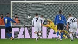 Penyerang Italia, Vincenzo Grifo, saat mencetak gol ke gawang Estonia pada laga uji coba di Stadion Artemino Franchi, Kamis (12/11/2020) dini hari WIB. Italia menang 4-0 atas Estonia. (AFP/Alberto Pizzoli)