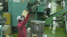 Pekerja mengawasi bahan pengemasan salah satu produk Ajinomoto, Masako di Pabrik Ajinomoto, Mojokerto, Jawa Timur, Kamis (29/11). Melalui PT Ajinex Internasional, produk Ajinomoto mulai menyasar pasar luar negeri. (Liputan6.com/Helmi Fithriansyah)