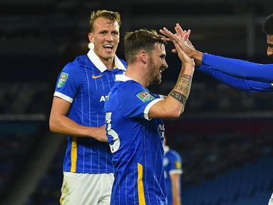Pemain Brighton merayakan gol yang dicetak Bernardo Fernandes ke gawang Portsmouth pada laga Piala Inggris di Falmer Stadium, Jumat (18/9/2020) dini hari WIB. Brighton menang 4-0 atas Portsmouth. (AFP/Glyn Kirk/pool)