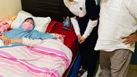 Momen Raffi Ahmad Jenguk Aminah Cendrakasih 'Si Doel'. (Sumber: Instagram.com/raffinagita1717)