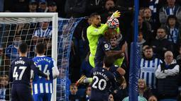 Gol sempat diprotes para pemain Brighton and Hove Albion. Mereka menilai sebelum terjadinya gol, Robert Sanchez mendapatkan gangguan dari Gabriel Jesus. Wasit tetap mensahkan gol usai memeriksa rekaman VAR. (AFP/Glyn Kirk)