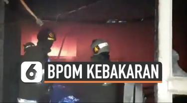 Musibah kebakaran melanda bangunan Badan Pengawas Obat dan Makanan (BPOM) Jakarta Minggu (18/7) malam. Sedikitnya 7 unit mobil pemadam kebakaran dikerahkan untuk padamkan api.