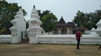 Bangunan ikonik Keraton Kanoman Cirebon menjadi salah satu tempat wisata yang banyak dikunjungi saat liburan. Foto (Liputan6.com / Panji Prayitno)