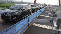 Kendaraan pemudik melintasi Jembatan Kali Kuto pada ruas tol fungsional Batang-Semarang, Gringsing, Batang, Jateng, Rabu (13/6). Jembatan ini dioperasikan sementara untuk arus mudik dan arus balik Lebaran 2018. (Liputan6.com/Arya Manggala)