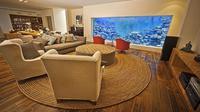 Mampukah terbayang dalam benak Anda bagaimana cara membangun akuarium super besar di dalam rumah?