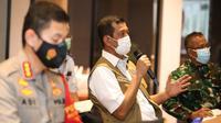 Ketua Satgas COVID-19 Doni Monardo memberikan restu pihak hotel layani karantina sementara bagi penumpang pesawat dari luar negeri pada 30-31 Desember 2020 di Bandara Soetta, Tangerang, Selasa (29/12/2020). (Badan Nasional Penanggulangan Bencana/BNPB)
