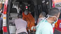 Petugas memindahkan kantong jenazah korban kebakaran Lapas Kelas I Tangerang untuk dibawa menuju RS Polri dari kamar jenazah RSUD Kabupaten Tangerang, Rabu (8/9/2021). Sebanyak 41 warga binaan tewas akibat kebakaran yang membakar Blok C 2 Lapas Dewasa Tangerang Klas 1 A. (AP Photo/Dita Alangkara)