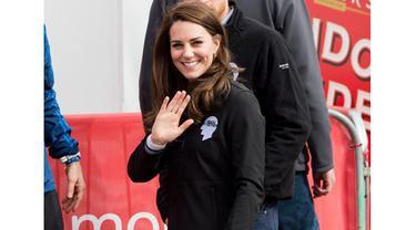 Seperti di foto ini, Kate memilih untuk tampil dengan outfit hitamnya. Namun suasana gelap itu menjadi semakin kece dengan sneakers putih yang dipakainya itu. (Foto: Cliqueinc.com)