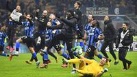 Para pemain Inter Milan merayakan kemenangan atas AC Milan pada laga Serie A di Stadion San Siro, Minggu (9/2/2020). Inter Milan menang 4-2 atas AC Milan. (AP/Massimo Paolone)