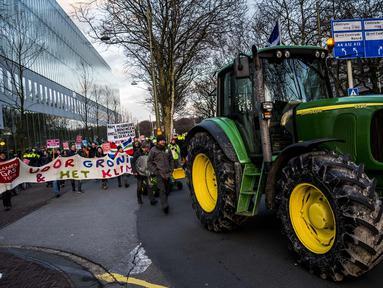 Petani dari Groningen berunjuk rasa dengan membawa traktor memprotes fracking di Den Haag, Belanda (1/1). Pemerintah Belanda sedang melakukan persidangan melawan fracking di Groningen pada bulan Februari. (AFP Photo/ANP/Siese Veenstra/Netherlands Out)