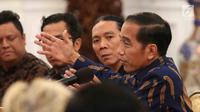 Presiden Jokowi berdialog dengan puluhan artis dan musisi papan atas Tanah Air di Istana Merdeka, Jakarta, Kamis (22/3). Musisi yang hadir di antaranya Bunga Citra Lestari, Bimbim, Glenn Fredly, dan Erwin Gutawa. (Liputan6.com/Angga Yuniar)
