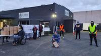 Sukarelawan Pusat Komunitas Relawan di Melbourne, Australia bersiap melayani drive-through Idul Adha. (Dok: PGCC)