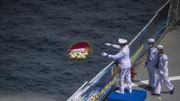 KSAL Laksamana TNI Yudo Margono melempar karangan bunga ke laut pada Upacara Tabur Bunga di geladak heli KRI Dr. Soeharso 990 di perairan utara Pulau Bali, Bali, Jumat (30/4/2021). Upacara sebagai penghormatan terakhir bagi awak KRI Nanggala 402 yang gugur dalam medan tugas. (Juni Kriswanto/AFP)