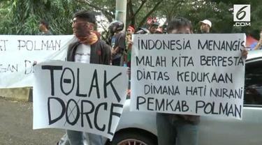 Warga Polewali Mandar, Sulawesi Barat menolak kehadiran Dorce dalam perayaan pergantian tahun. Warga menilai hal tersebut tidak menghormati kesedihan bencana alam di Indonesia.