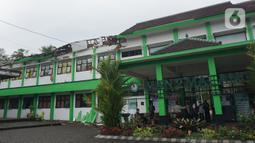 Sejumlah petugas berada di depan MAN 2 Malang yang rusak akibat gempa di Turen, Kabupaten Malang, Minggu (11/4/2021). Kejadian ini juga membuat 36 laptop, 25 PC, 20 set meja bahasa rusak. Sementara, seorang staf sekolah mengalami luka ringan setelah tertimpa genteng. (merdeka.com/Nanda F. Ibrahim)