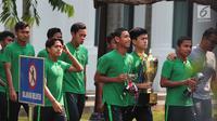 Skuad Tim Nasional (Timnas) Indonesia U-16 tiba 16 di Istana Merdeka, Jakarta, Kamis (4/10). Para pemain Timnas U-16 bertemu Presiden Joko Widodo sambil membawa trofi Piala AFF yang diraih dalam kejuaraan di Sidoarjo. (Liputan6.com/Angga Yuniar)