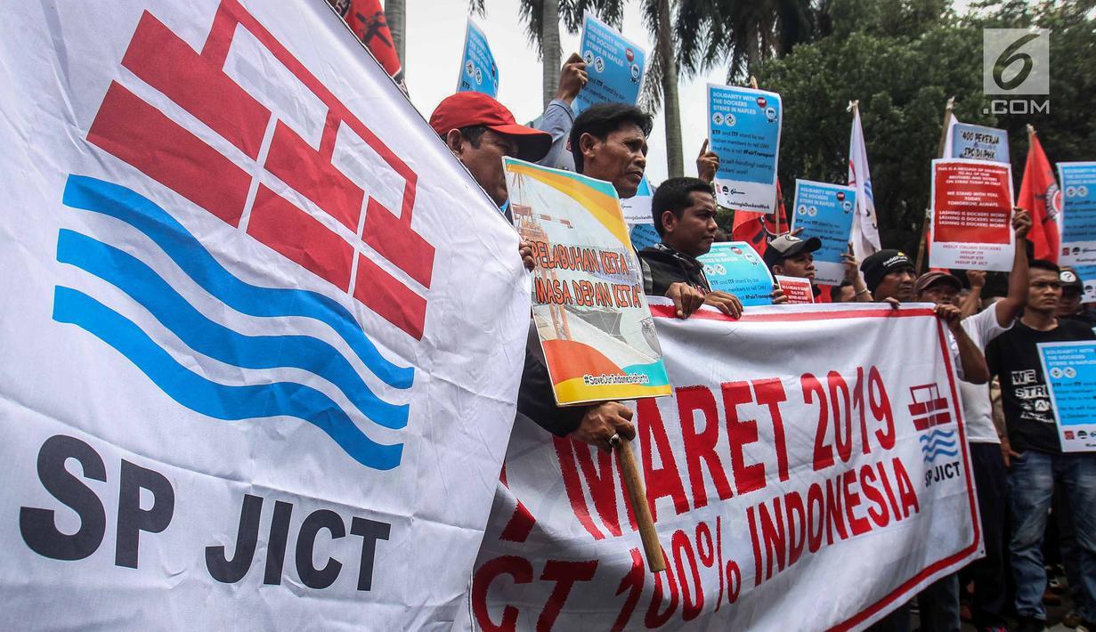 Serikat Pekerja JICT menggelar aksi menutup jalan menuntut Kementerian BUMN segera memutus kontrak Hutchison di JICT yang terindikasi merugikan negara Rp 4,08 triliun di depan gedung Kementerian BUMN, Jakarta, Rabu (13/3). (Liputan6.com/HO/Asri)