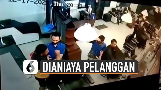 Terekam kamera CCTV ketika tukang cukur dianiaya oleh seorang pelanggan.