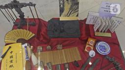 Koleksi alat tulis di Museum Tionghoa  Hakka Indonesia, Taman Mini Indonesia Indah, Jakarta, Selasa (21/1/2020). Museum tersebut menampilkan sejarah kedatangan dan percampuran budaya orang Tionghoa di kepulauan Nusatara. (Liputan6.com/Herman Zakharia)