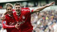 Fernando Torres (kiri) pernah berada satu tim dengan Steven Gerrard (kanan) di Liverpool. (AFP PHOTO / Paul Ellis)