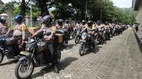 Rombongan personel Babinkantibmas Polda Sulteng saat mengambil paket bantuan dari Kemenparekraf yang akan disalurkan di Sulteng, Rabu (23/9/2020). (Foto: Humas Polda Sulteng).