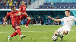 Gelandang timnas Swiss, Xherdan Shaqiri (kiri) mencetak gol ke gawang Spanyol pada perempat final Euro 2020 kontra Swiss di Krestovsky Stadium, Saint Petersburg, Sabtu (3/7/2021) dini hari WIB.  Spanyol menyingkirkan Swiss 3-1 (1-1) melalui adu penalti. (Jean-Christophe Bott/Keystone via AP)