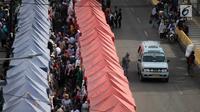 Angkutan kota Tanah Abang kembali melintasi Jalan Jatibaru Raya, Jakarta, Sabtu (3/2). Angkot hanya diperbolehkan melintas di satu ruas jalan saja, depan Stasiun Tanah Abang dan satu ruas lagi tetap digunakan PKL berjualan. (Liputan6.com/Arya Manggala)
