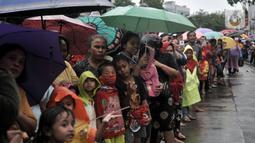 Antusias warga menyaksikan perayaan Cap Go Meh di Jatinegara, Jakarta, Minggu (9/2/2020).  Meski hujan, perayaan Cap Go Meh berlangsung meriah dengan atraksi barongsai dan liong serta arakan dewa-dewa mengelilingi kawasan Jatinegara dan berakhir di Wihara Amurva Bhumi. (merdeka.com/Iqbal S Nugroho)