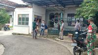 Rumah terduga teroris di Tuban digeledah. (Ahmad Adirin/Liputan6.com)
