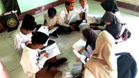 Anak-anak SD di Lombok mempelajari kesiapan bencana yang diberikan oleh Tim Pengabdian Masyarakat Universitas Indonesia pada awal Agustus 2019. (Dok Tim Pengabdian Masyarakat Universitas Indonesia)