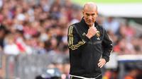Pelatih Real Madrid, Zinedine Zidane melihat para pemainya bertanding melawan Tottenham Hotspur pada pertandingan Audi Cup 2019 di stadion Allianz Arena di Munich, Jerman (30/7/2019). Tottenham menang tipis atas Madrid 1-0. (AFP Photo/Christof Stache)