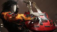 Gitar double-neck yang dimainkan oleh Jimmy Page dari grup musik rock Led Zeppelin ditampilkan pada pameran Play It Loud: Instruments of Rock & Roll di Metropolitan Museum of Art di New York, 1 April 2019. Pameran instrumen ini dibuka untuk umum mulai 8 April hingga 1 Oktober 2019 (AP/Seth Wenig)