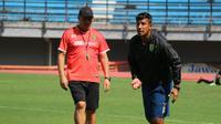 Pelatih Persebaya Surabaya, Alfredo Vera (kanan), akan melakukan rotasi pemain untuk ajang Piala Gubernur Kaltim pada akhir Februari 2018. (Bola.com/Aditya Wany)