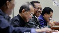 Jaksa Agung HM Prasetyo (kanan) saat mengikuti raker dengan Komisi III DPR, di Gedung Nusantara II, Jakarta, Selasa (5/6). Rapat membahas Kerja Pemerintah Kementerian/Lembaga (RKP K/L) Tahun 2018 dan sejumlah isu aktual. (Liputan6.com/Johan Tallo)