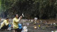 Sejumlah warga Thailand menggelar ritual di muka gua di mana 12 bocah anggota tim sepak bola Wild Boars dan pelatihnya sempat terjebak selama berhari-hari (AP Photo)
