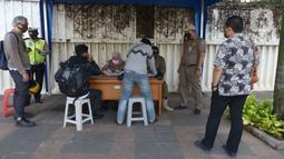 Pelanggar terjaring razia saat Operasi Yustisi Protokol COVID-19 di Kawasan Bundaran HI, Jakarta, Selasa (15/9/2020). Operasi Yustisi itu untuk menegakkan pemakaian masker guna menekan perilaku warga yang memicu angka kenaikan infeksi Covid-19. (merdeka.com/Imam Buhori)