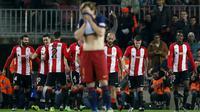 Ivan Rakitic tampak kecewa saat para pemain Athletico Bilbao merayakan gol ke gawang Barcelona pada leg kedua perempat final Copa del Rey di Camp Nou, Kamis (28/1/2016). (Liputan6.com/ REUTERS/Albert Gea)