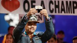 Qui Nguyen asal Amerika menunjukan medalinya setelah memenangkakn Kompetisi Poker Dunia di Las Vegas, AS (2/11). Kompetisi Poker Dunia ini berhadiah sebesar 8 juta dollar. (AP/John Locher)