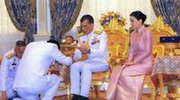 Raja Thailand, Maha Vajiralongkorn, dan Ratu Suthida menjalani prosesi pernikahan di Bangkok, Thailand. (THAI ROYAL HOUSEHOLD BUREAU / AFP)
