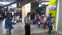 Sementara hari ini, sampai pukul 11.59 WIB, jumlah penumpang yang turun di Stasiun Gambir tercatat sudah 5.262 orang. (Oscar Ferri/Liputan6.com)